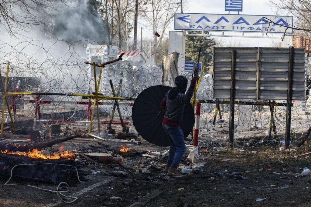 Lacrimogeni greci sui rifugiati. Turchia: «30mila in arrivo»