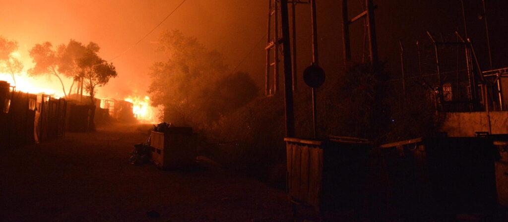 Lesbo, in fiamme il campo profughi. Migliaia di sfollati