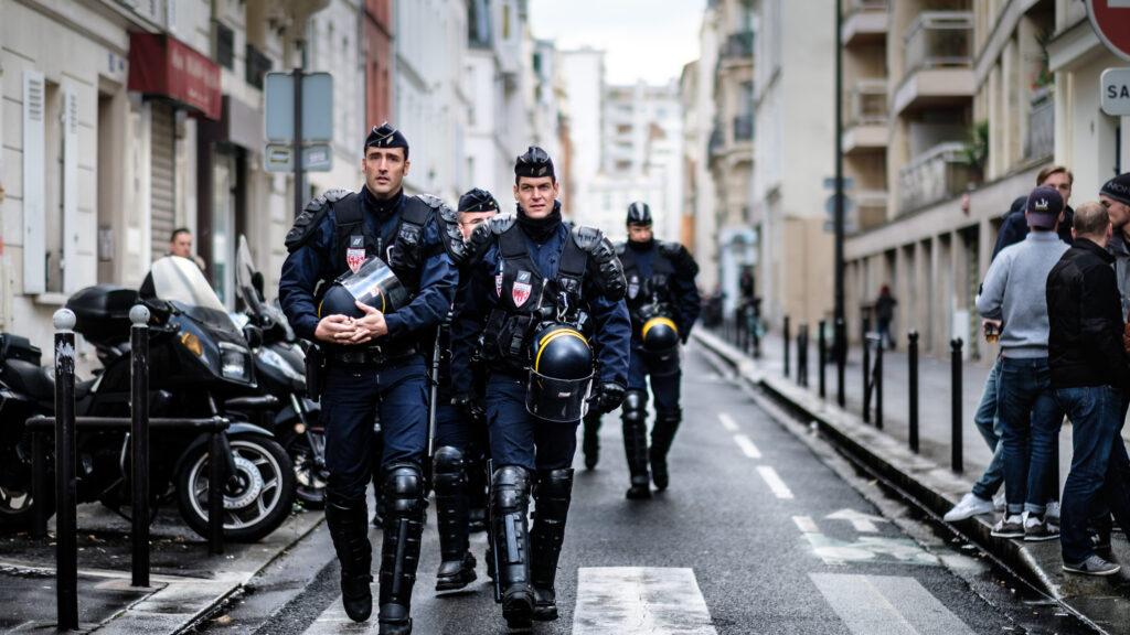 Macron vieta gli sguardi sulla polizia francese