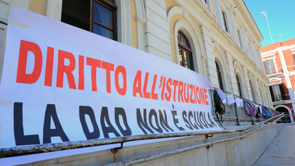 Priorità alla scuola in piazza contro la Dad: «Torniamo in aula per restare»