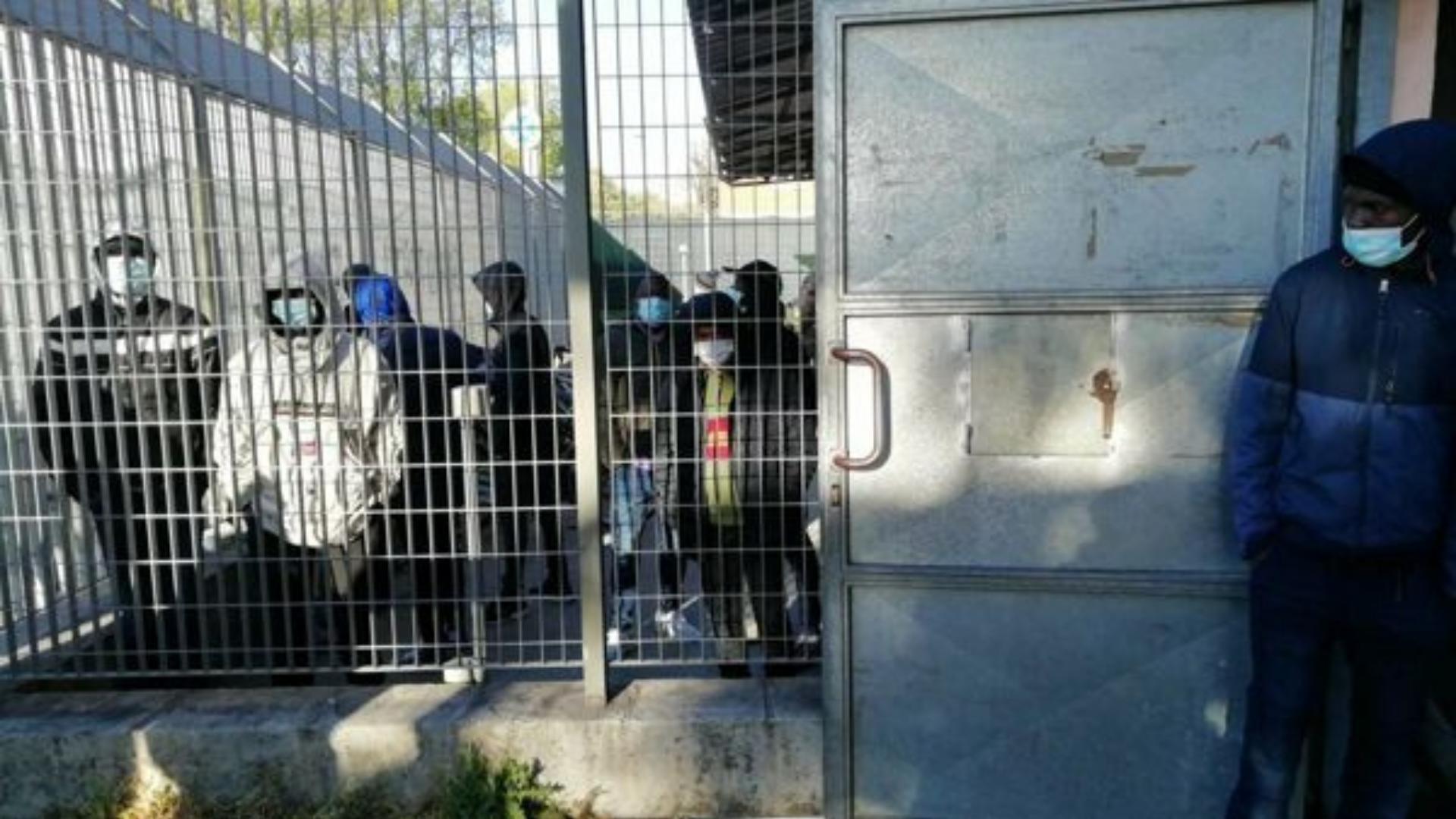 Bologna, migranti in protesta al centro di via Mattei