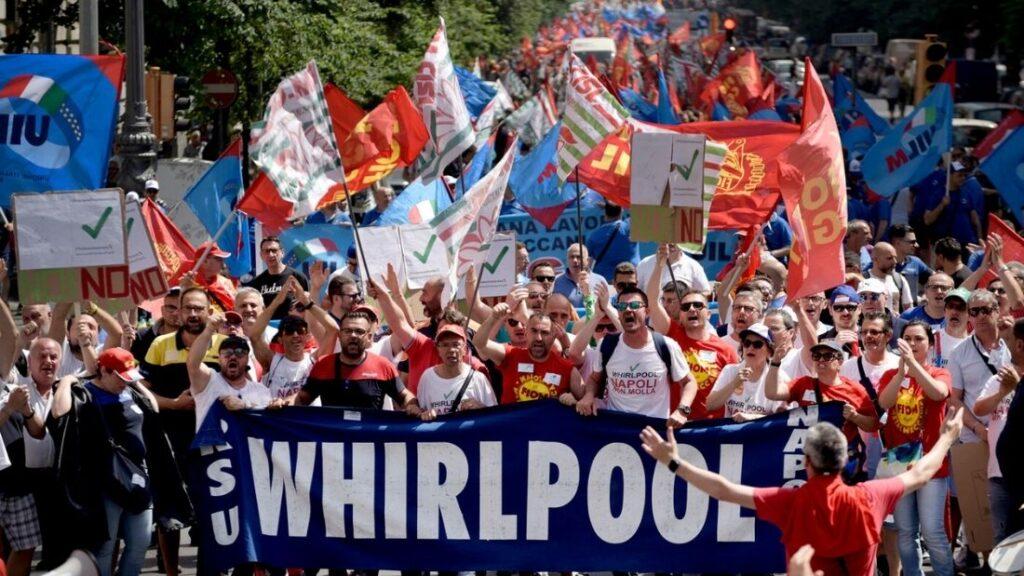 Licenziamenti Whirlpool, la «guerra» dichiarata dai sindacati